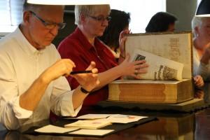 Das besondere Erlebnis: In der Herzog August Bibliothek war das Anfassen und Blättern in den wertvollen Einbänden erlaubt!
