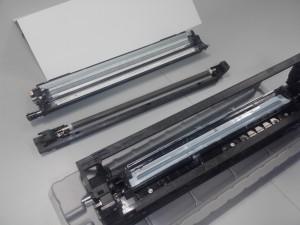 Innenleben der Linoprint CV: (Von vorne) Tonermodul, Ladungswalze, Reinigungseinheit. Die UV-empfindliche Bildtrommel (hinten) musste abgedeckt werden.